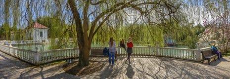 ADLER, RUSSLAND - 17. März 2018: Leute in den südlichen Kulturen des Parks Lizenzfreie Stockfotos
