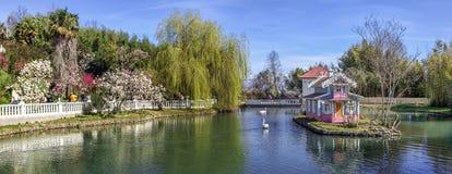 ADLER, RUSSLAND - 17. März 2018: Teich in den südlichen Kulturen des Parks stockbild