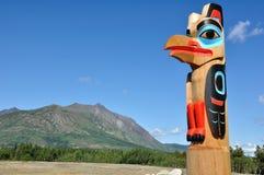 Adler-Totem Pole gegen einen blauen Himmel Lizenzfreie Stockfotos