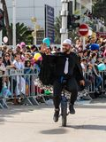 Adloyada每年狂欢节的参加者在童话服装乘驾穿戴了一monocycle在纳哈里亚,以色列 库存照片