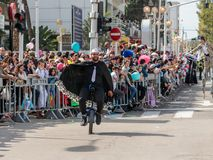 Adloyada每年狂欢节的参加者在童话服装乘驾穿戴了一monocycle在纳哈里亚,以色列 免版税库存照片