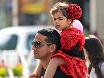 Adloyada狂欢节的一个小参加者坐她的父亲` s肩膀在纳哈里亚,以色列 图库摄影