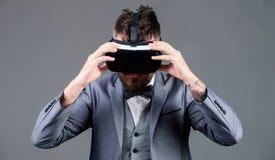 Adminículo moderno Innovación y avances tecnológicos El hombre de negocios explora realidad virtual Tecnología de Digitaces para foto de archivo