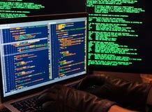 Χάραξη της βάσης δεδομένων με την πρόσβαση admin Η πλάγια όψη του χάκερ παραδίδει τα γάντια δακτυλογραφώντας τον κακόβουλο κώδικα στοκ εικόνες