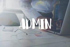 Admin-Mitteilung auf dem Arbeiten im Büro auf Tabellenhintergrund Lizenzfreie Stockfotografie