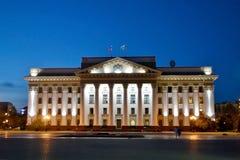 A administração da região de Tyumen na iluminação da noite Imagens de Stock Royalty Free
