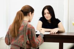 Administrador da jovem mulher em uma cl?nica dental no local de trabalho Admiss?o do cliente fotografia de stock royalty free