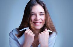 Administrador de oficinas alegre, coqueto, sonrisa de la secretaria en s blanco Imagenes de archivo