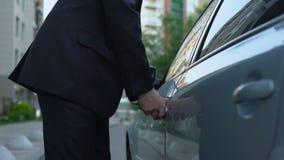 Administrador de oficinas que consigue en el coche y que conduce al trabajo, transporte conveniente almacen de metraje de vídeo
