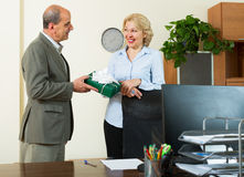 Administrador de oficinas que felicita a la secretaria fotografía de archivo libre de regalías