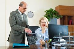 Administrador de oficinas que regaña a la secretaria fotografía de archivo libre de regalías
