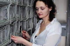 Administrador fêmea no centro de comunicações Fotos de Stock