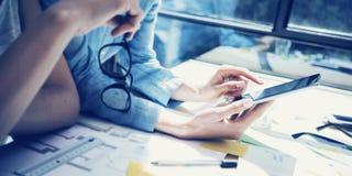 Administradores de cuentas acertados Team Meeting Analice la oficina moderna del desván del diseño interior de las cotizaciones E imagen de archivo libre de regalías