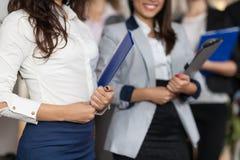 Administrateur Meeting Business People d'hôtel dans le lobby, plan rapproché de réceptionnistes de femme Image libre de droits