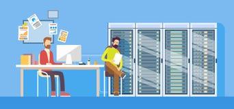 Administrateur technique travaillant Sitting Desk Hosting d'homme de travailleur de centre de traitement des données de personnes Illustration Stock
