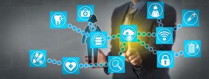 Administrateur Transferring Patient Data par l'intermédiaire de nuage images stock
