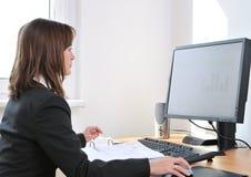 Administratieve arbeider bij computer stock afbeeldingen
