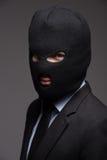 Administratieve misdaad. Portret van zakenman in zwarte balaclava l stock foto