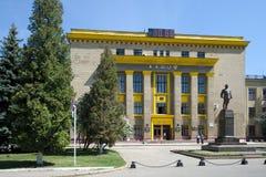 Administrationsbyggnad av den Kharkov traktorväxten Arkivfoton