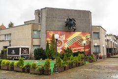Administrativ byggnad i staden av Svetlogorsk, inscripten Royaltyfria Bilder