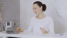 Administrator piękno klinika daje pacjenta wypełniać formę zdjęcie wideo