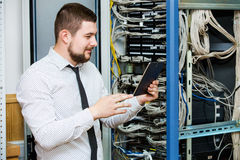 IT administrator przy serwerem Zdjęcia Royalty Free