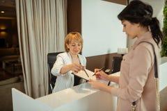 Administrator pyta klienta wypełniać wewnątrz kontakt wyszczególnia przybycie klinika obrazy royalty free