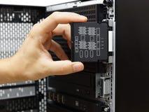 Administrator systemu egzamininuje narzędzia niepowodzenia na dane serwerze fotografia stock