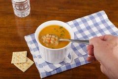 Administrer Bean Soup à la cuillère Photos libres de droits