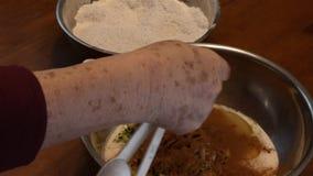 Administrer le cinimon à la cuillère dans une cuvette clips vidéos