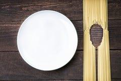 Administrez la forme à la cuillère faite en pâtes et plat blanc Photos stock