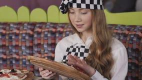 Admiração bonita da moça de uma pizza lentamente vídeos de arquivo