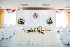 Admirablement réglé et décoré des roses épousant la table dans le Re Image libre de droits