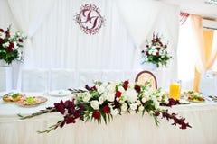 Admirablement réglé et décoré des roses épousant la table dans le Re Photographie stock libre de droits
