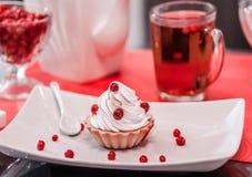 A admirablement servi la table, petit déjeuner sur les plats blancs, baies rouges, date romantique photographie stock