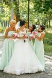 Admiración de las damas de honor de la novia imagen de archivo