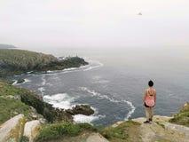 Admiración de los acantilados y del océano fotografía de archivo