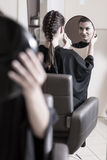 Admiración del nuevo peinado Fotografía de archivo