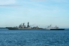 Admiral Vinogradov 572 Rosja statek wojenny i KD Kelantan OPV-175 Królewski Malezyjski statek wojenny zdjęcia stock