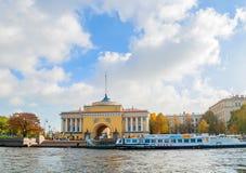Admiralitäts-Bogen auf dem Damm von Neva-Fluss in St Petersburg, Russland Lizenzfreie Stockfotografie