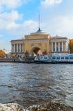 Admiralitäts-Bogen auf dem Kai von Neva-Fluss in St Petersburg, Russland - Architekturmarkstein von St Petersburg am Herbsttag Stockfotografie