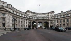 Admiralitäts-Bogen nahe Trafalgar-Platz in London Stockbilder