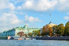 Admiralitäts-Bogen und -winter-Palast-oder Zustands-Einsiedlerei-Museum auf dem Damm von Neva-Fluss in St Petersburg, Russland Lizenzfreie Stockbilder
