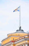 Admiralitäts-Fahnenmast mit der Flagge von St Andrew Stockfotos