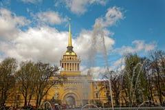 Admiralitäts-Gebäude in der Mitte von St Petersburg, Russland Brunnen vor dem Turm am sonnigen Tag Abgetöntes Foto Lizenzfreies Stockbild