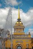 Admiralitäts-Gebäude in der Mitte von St Petersburg, Russland Brunnen vor dem Turm am sonnigen Tag Abgetöntes Foto Lizenzfreie Stockfotografie
