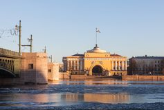 Admiralitäts-Gebäude und Palast-Brücke in St Petersburg, evenin Lizenzfreies Stockfoto