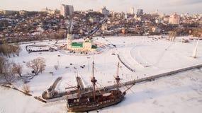 Admiralitäts-Quadrat und das Monument zum ersten Schiff errichtet in Russland in Voronezh an der Wintervogelperspektive Lizenzfreies Stockfoto