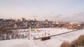 Admiralitäts-Quadrat und das Monument zum ersten Schiff errichtet in Russland in Voronezh an der Wintervogelperspektive Lizenzfreies Stockbild