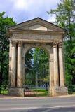Admiralitäts-Tor ist das Tor auf der Grenze des Gatchina-Palastes Lizenzfreies Stockfoto
